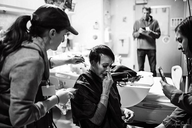 A mãe se emociona ao raspar o cabelo (Foto: Reprodução / Instagram / Alicia Samone Photography)