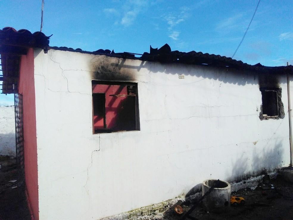 Após os disparos que mataram Juliana e feriram o amigo da família, os criminosos atearam fogo na casa  (Foto: Marksuel Figueredo/Inter TV Cabugi)