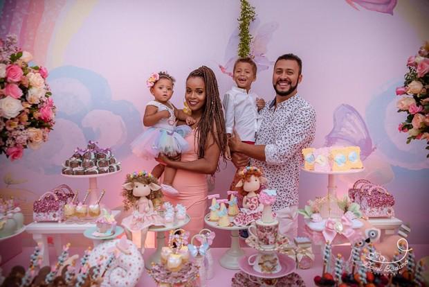 Roberta Rodrigues e Guilherme Guimarães celebram 1 ano de Linda Flor (Foto: Dani Badaró)