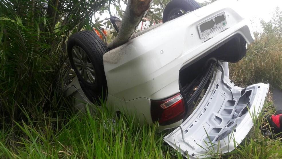 Motorista perdeu o controle, capotou carro e caiu em ribanceira em Paulista, no Grande Recife (Foto: Imprensa/Corpo de Bombeiros)