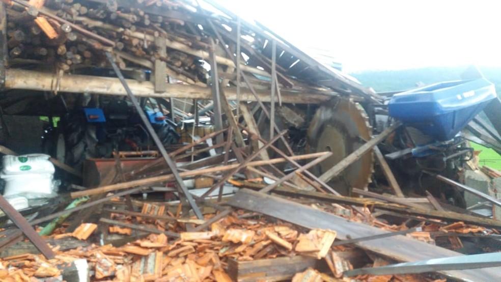 Estragos no bairro Agronômica, em  Atalanta — Foto: Defesa Civil/ Divulgação