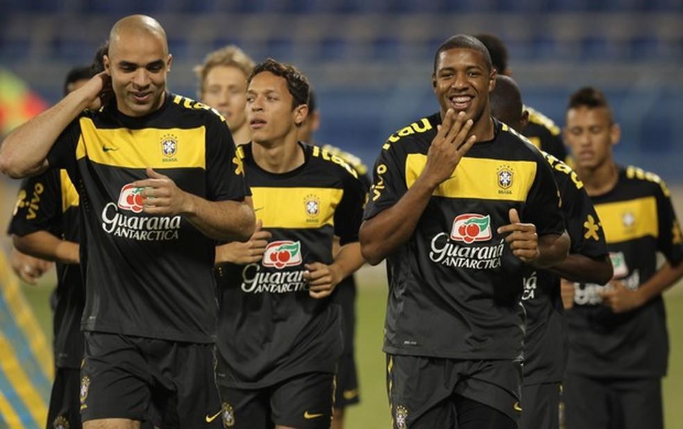 Jucilei ao lado de Alex e Adriano e com Neymar ao fundo em treino da seleção — Foto: Mowa Sports