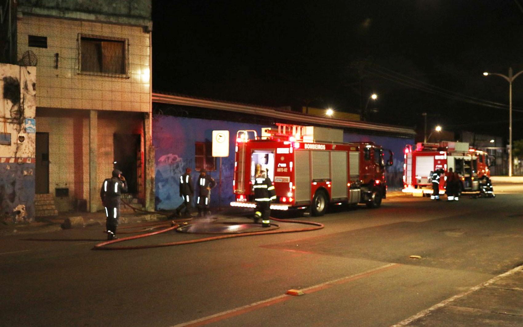 Imóvel pega fogo na Cidade Baixa, em Salvador