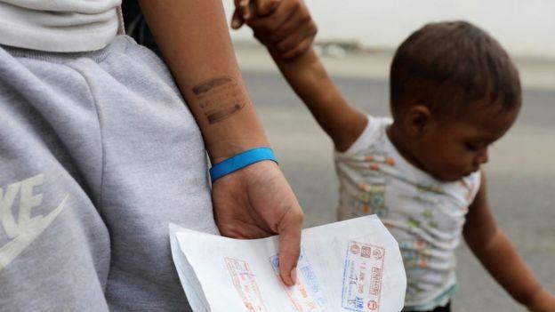 BBC - Há uma preocupação por parte de defensores e juizes de que adultos que se dizem parentes de crianças na fronteira com o Brasil não sejam, de fato, familiares (Foto: GUADALUPE PARDO/REUTERS via BBC)
