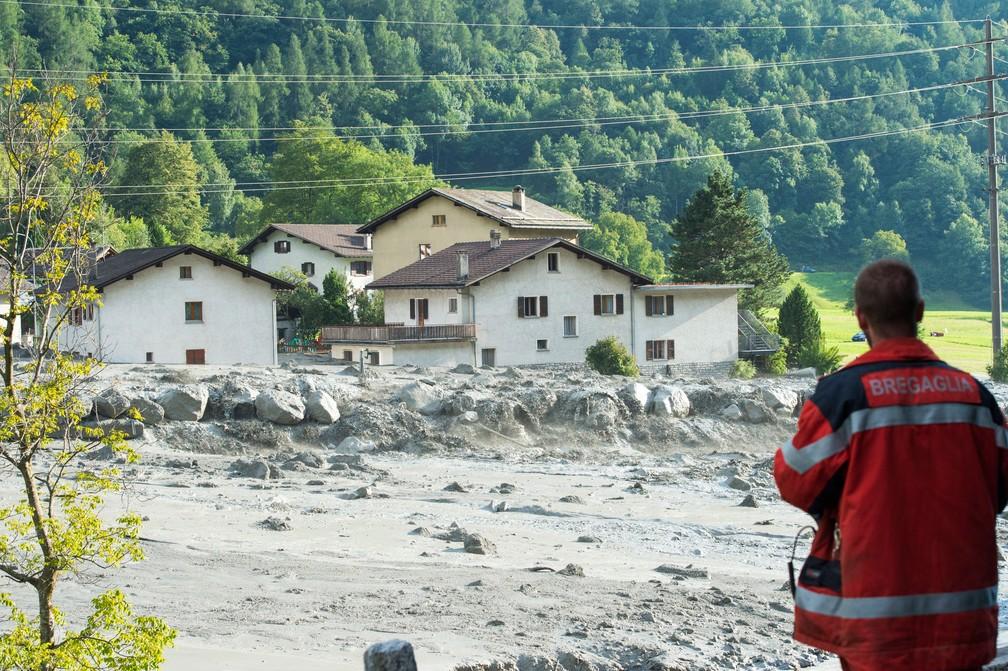 Vila de Bondo, no sudeste da Suíça, foi atingida por deslizamento de terra na quarta-feira (23). Oito pessoas permaneciam desaparecidas  (Foto: Giancarlo Cattaneo/Keystone via AP)