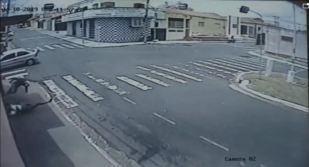 Vítimas foram lançadas contra parede após o acidente — Foto: Reprodução
