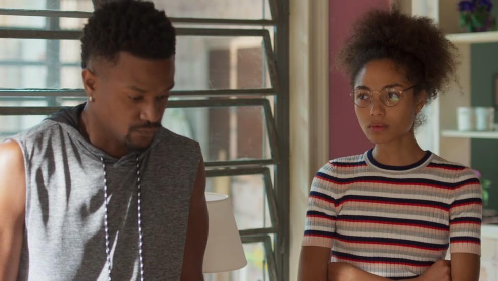Alice (Bruna Inocencio) fica tensa ao saber que o pai pode voltar para os Estados Unidos em 'Bom Sucesso' — Foto: Globo
