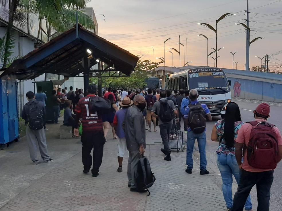 Muitas pessoas aguardavam o transporte na manhã desta terça-feira em Manaus. — Foto: Matheus Castro/G1