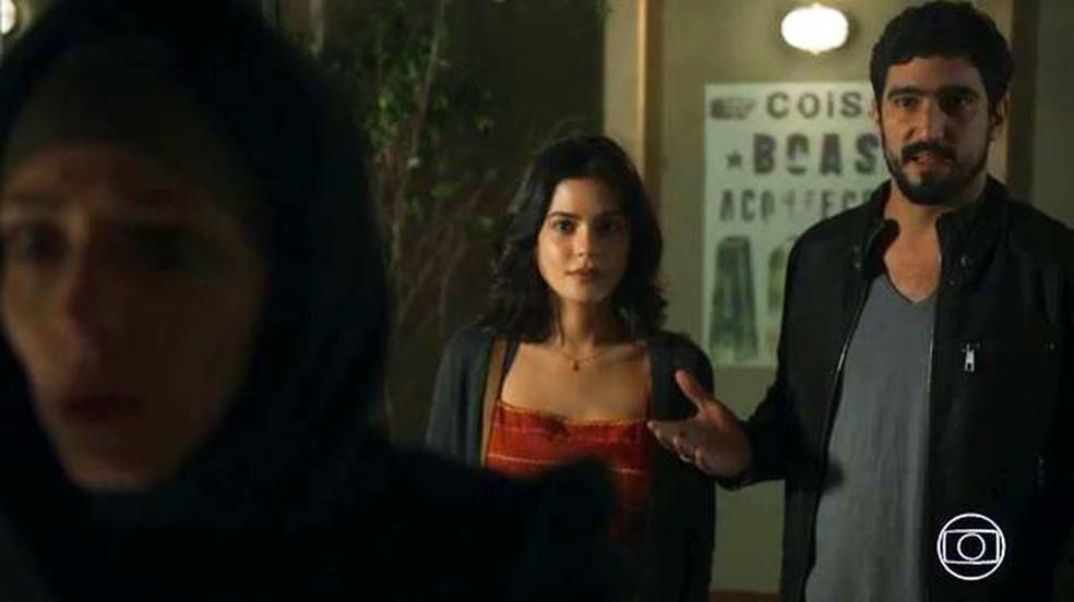 Jamil (Renato Góes) e Laila (Julia Dalavia) vão até o Instituto conversar com Mágida — Foto: Globo