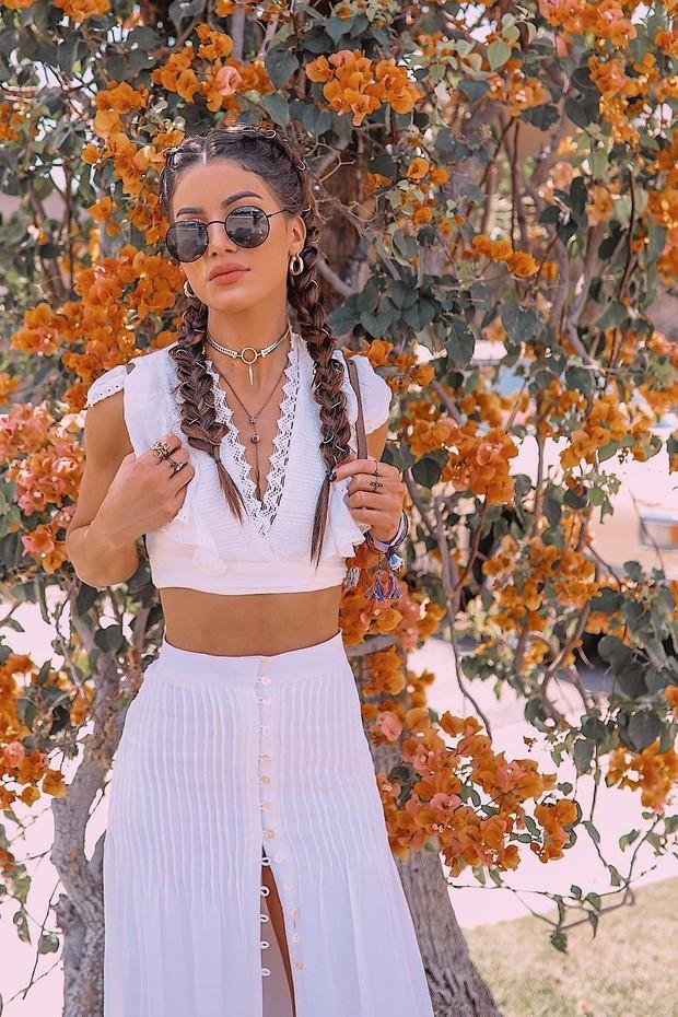 Coachella 2018: o penteado da vez combina trança e fitas coloridas (Foto: Reprodução/Instagram)