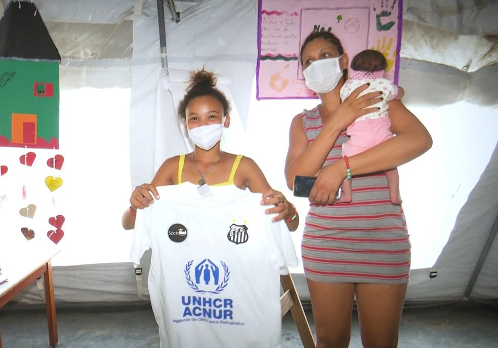 Santos enviou 50 uniformes para as crianças venezuelanas do abrigo Rondon 1 — Foto: Reprodução/Raimesson Martins/Rede Amazônica Roraima