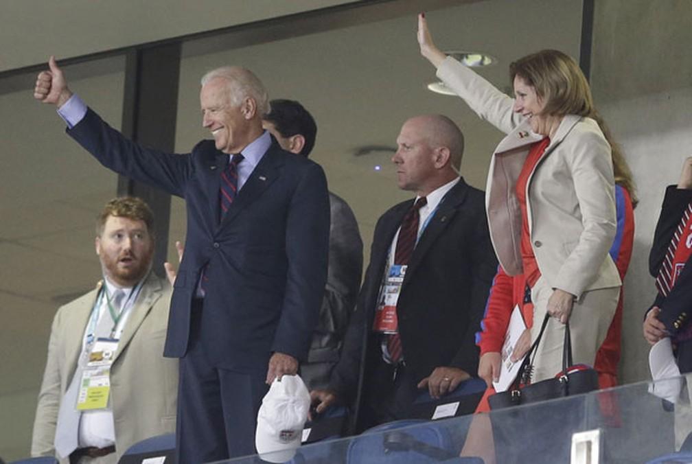 Vice-presidente Joe Biden viu a vitória dos EUA sobre Gana por 2 a 1 na Copa de 2014 — Foto: Ricardo Mazalan/AP