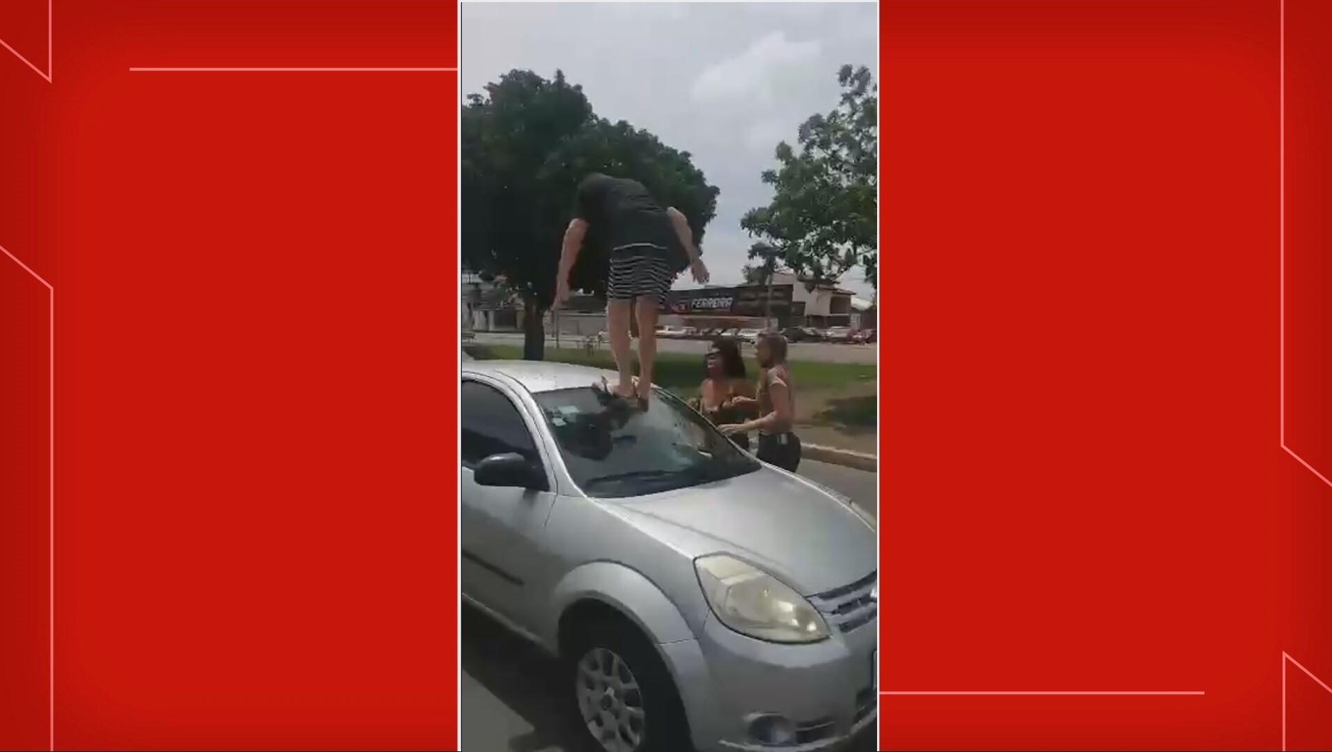 VÍDEO: homem sobe em carro e destrói para-brisa durante briga de trânsito, no DF