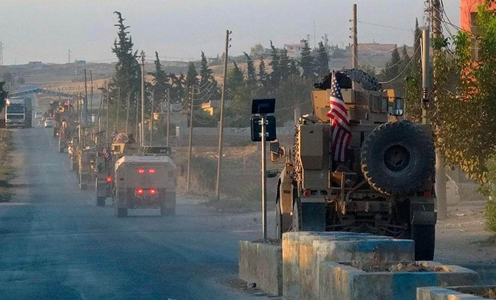 Veículos do Exército dos Estados Unidos passam por estrada no nordeste da Síria, nesta segunda-feira (7)  — Foto: ANHA via AP