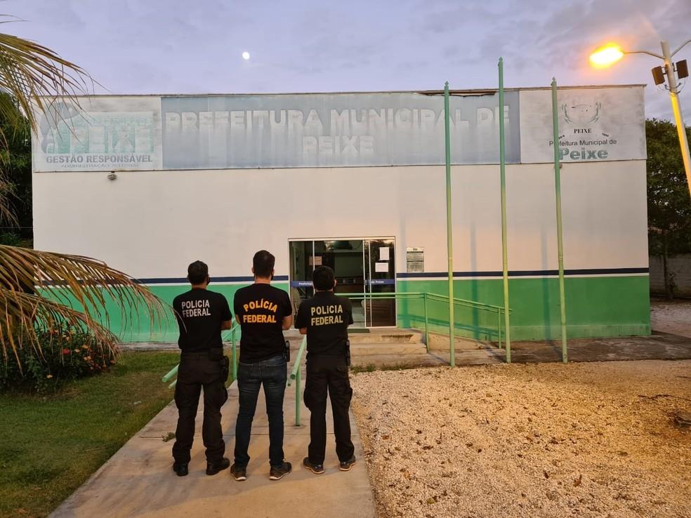 Agentes da PF na frente da prefeitura de Peixe — Foto: PF/Divulgação