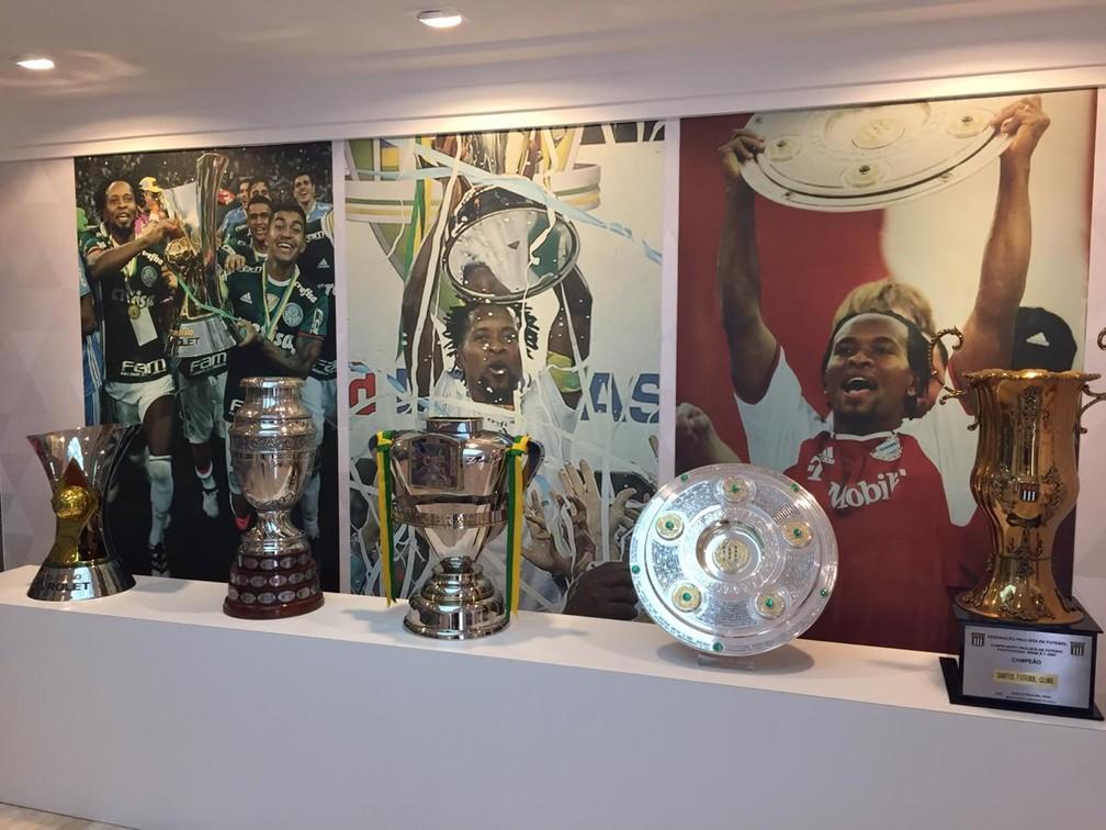 Zé Roberto tem um museu em casa com fotos, camisas e troféus conquistados durante a carreira — Foto: Felipe Zito