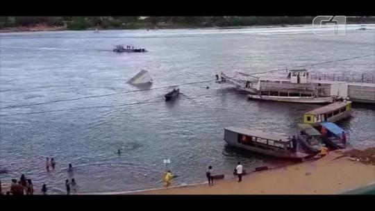 Caminhão desgovernado desce ladeira, atravessa balsa e cai em rio; veja vídeo