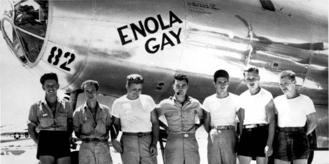 B-29 Enola Gay e sua tripulação responsável pelo primeiro ataque com armas atômicas na história (Foto: Wikimedia Commons)