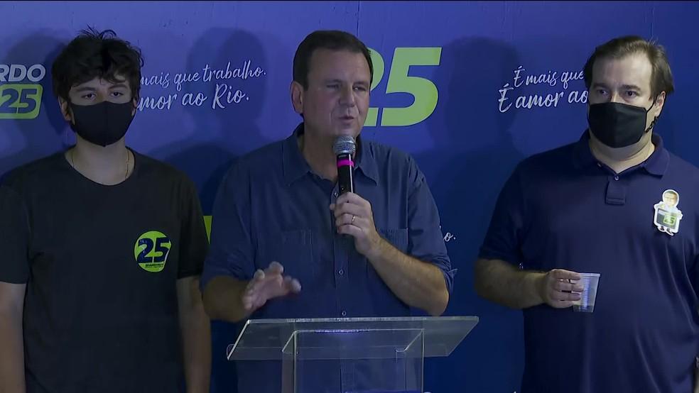 Paes celebrou a vitória em entrevista ao lado do presidente da Câmara, Rodrigo Maia — Foto: Reprodução