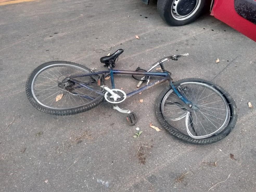 Bicicleta em que o idoso estava ficou com as rodas danificada — Foto: Reprodução/Redes sociais