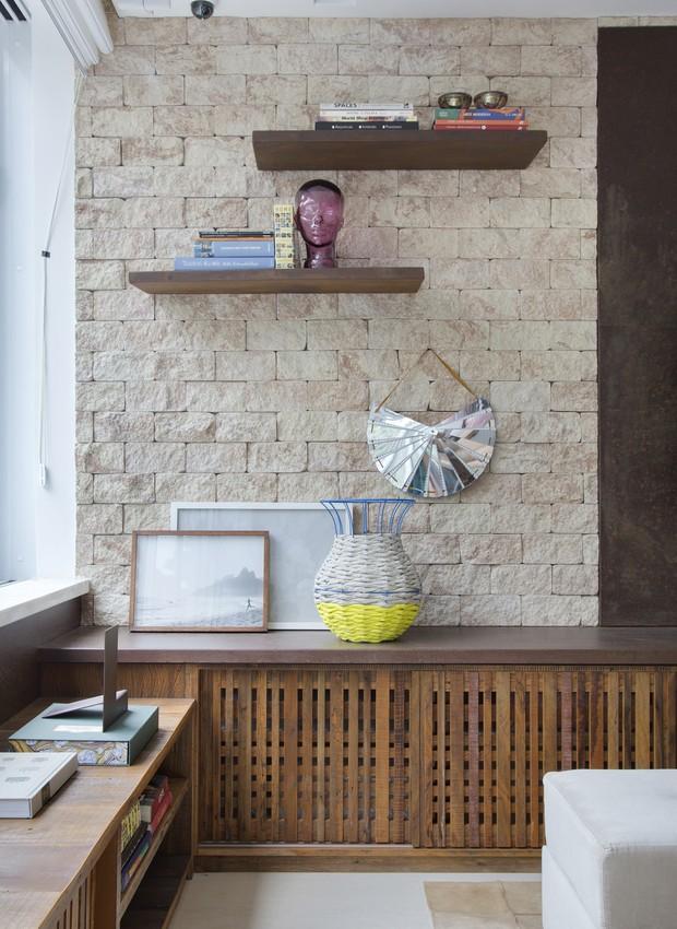 As prateleiras, o rack e o banco sob a janela aproveitam um mesmo lote de madeira de demolição. O desenho das peças tem o traço da arquiteta (Foto: Produção Aldi Flosi | Fotos Denilson Machado/MCA Estúdio/Divulgação)