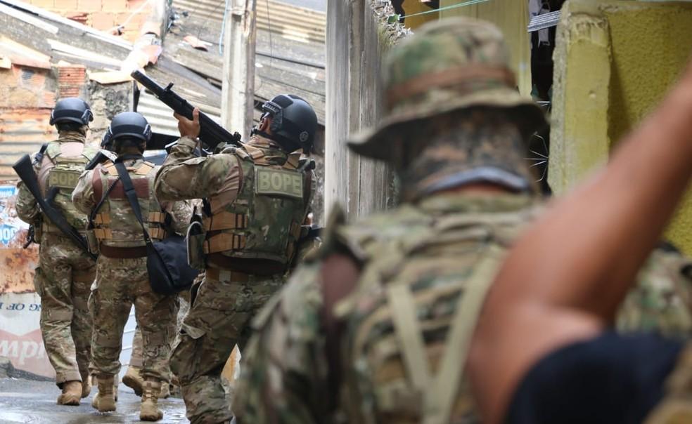 Operação teve apoio de diversos batalhões da Polícia Militar, no bairro da Santa Cruz, em Salvador.  — Foto: Alberto Maraux/SSP-BA