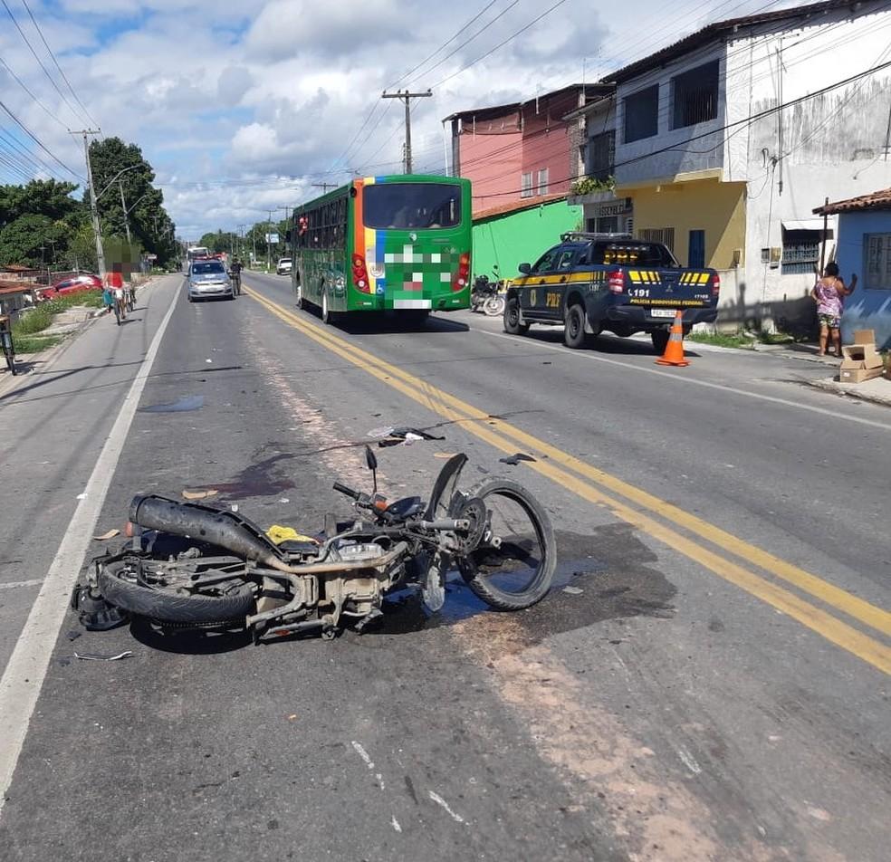 Uma das motos atingidas por carro de motorista que estava bêbado e sem carteira ficou jogada no meio da BR-101, no Cabo de Santo Agostinho, no Grande Recife — Foto: Polícia Rodoviária Federal/Divulgação