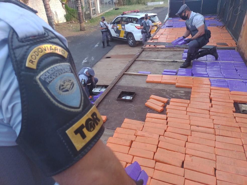 Polícia Rodoviária encontrou os tabletes de maconha em fundo falso no semirreboque de carreta em Marília (SP) — Foto: Polícia Rodoviária/ Divulgação