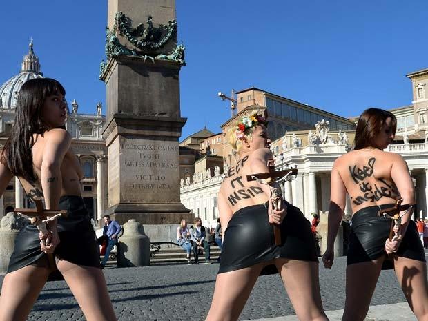 Ativistas do Femen protestam no Vaticano nesta sexta-feira (14) contra visita do Papa Francisco a Estrasburgo (Foto: AFP PHOTO / ALBERTO PIZZOLI)