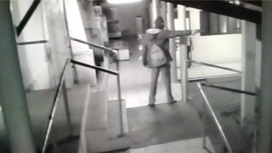 Vídeo mostra homem armado e encapuzado durante arrastão em escola no RN