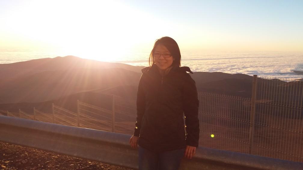 Miriam no topo de uma montanha no deserto do Atacama (Foto: Arquivo pessoal)