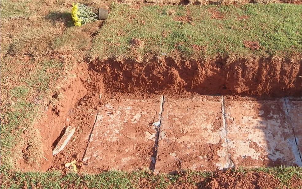 Família denuncia que corpo da mãe sumiu de jazigo em Cidade Ocidental — Foto: Reprodução/TV Anhanguera
