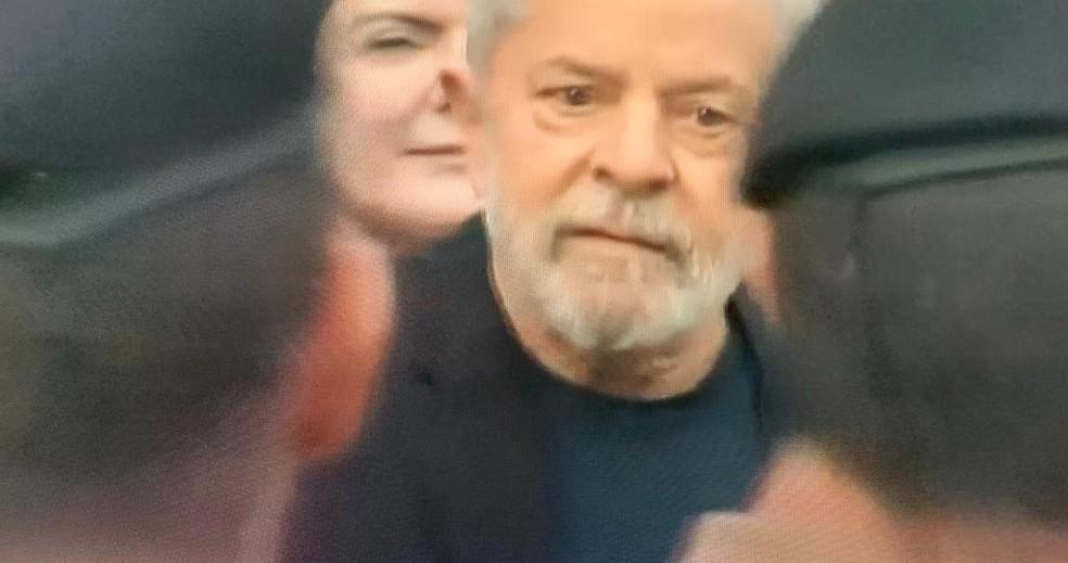 Lula saiu da PF nesta sexta-feira (8) — Foto: Reprodução/RPC