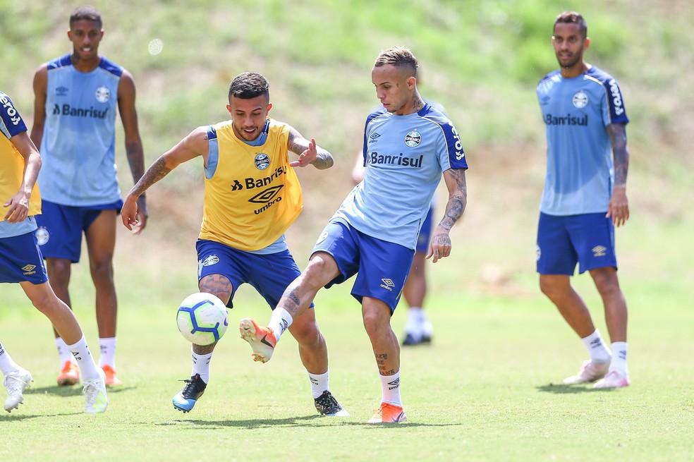 Matheus Henrique e Everton no treino do Grêmio em Salvador — Foto: Lucas Uebel/Grêmio