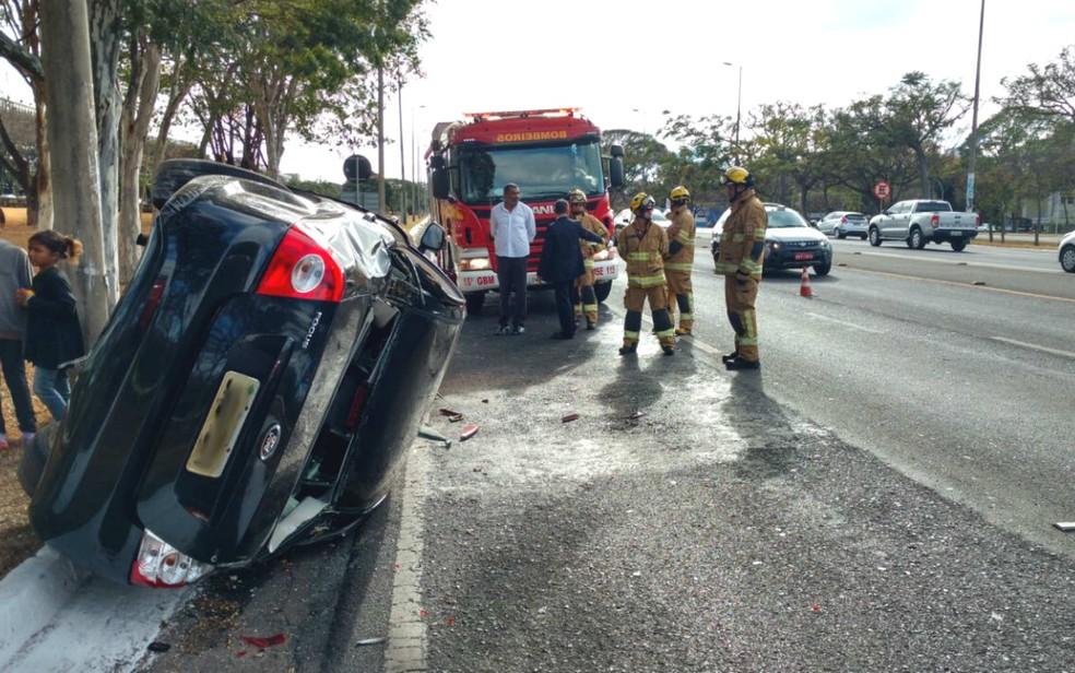 Carro que levava filho de Michel Temer capota no Eixão Sul, em Brasília (Foto: Corpo de Bombeiros/Divulgação)