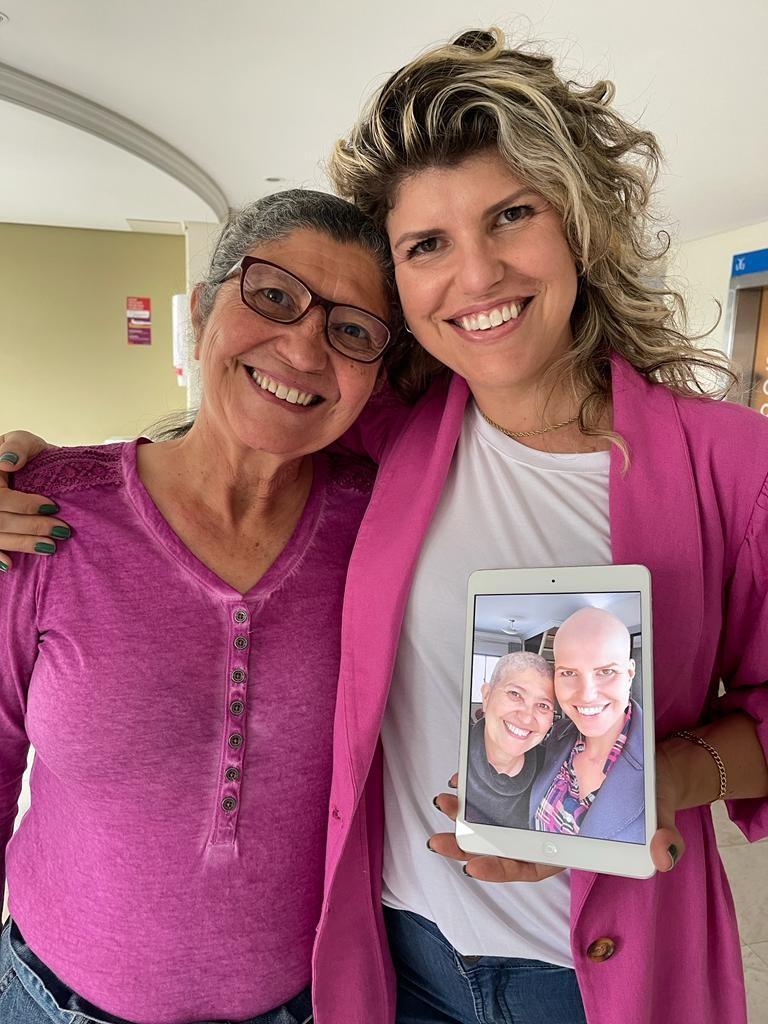 Mãe e filha que descobriram câncer de mama juntas celebram recuperação: 'O pesadelo foi duplo, mas a vitória também'