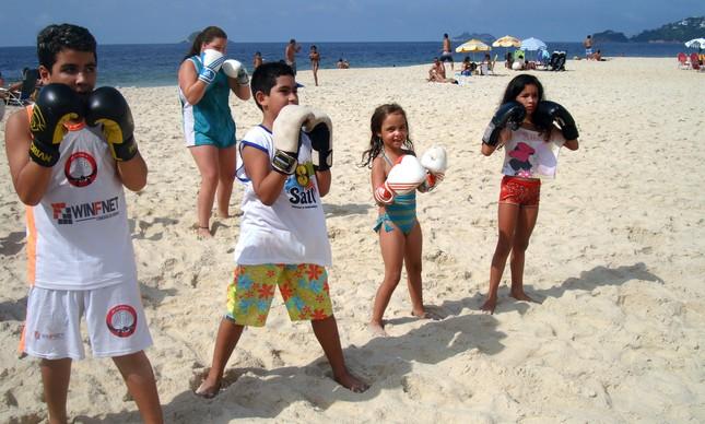 Crianças treinam no projeto social de BeachBoxing