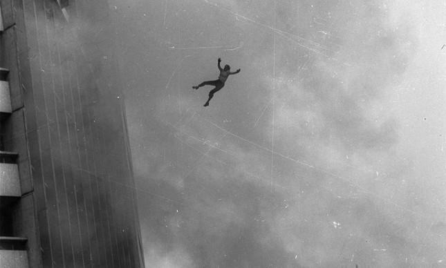 Pessoa cai do alto do edifício Joelma, em chamas