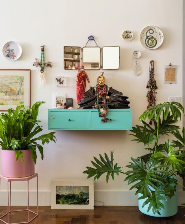 Hall social | Vasos coloridos da Selvvva abrigam as muitas plantas da moradora (Foto: Christian Maldonado / Editora Globo)