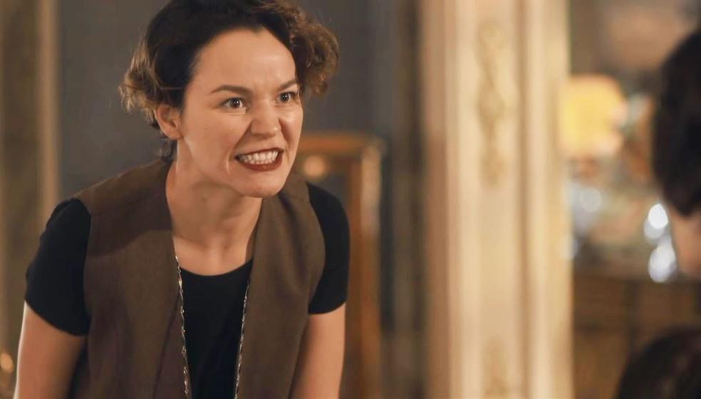 Adelaide (Joana de Verona) acusa Emília (Susana Vieira) de não querer que Justina (Julia Stockler) fique boa — Foto: Globo