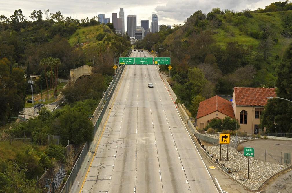 Avenida vazia em Los Angeles, na Califórnia — Foto: Mark J. Terrill/AP Photo