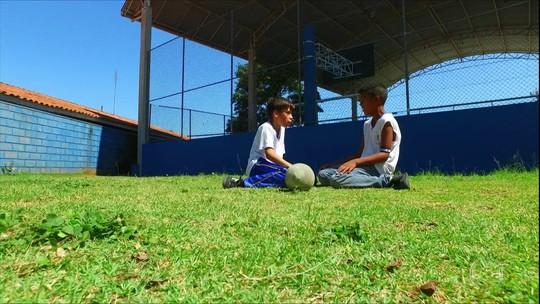 Conheça os garotos Matheus e Iago, famosos na internet por gesto de amizade