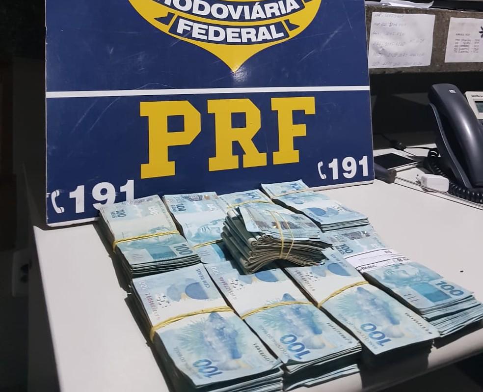 Motorista e passageiro foram presos com quase R$ 90 mil em porta-malas de carro na BR-070 em Poconé — Foto: Polícia Rodoviária Federal de Mato Grosso