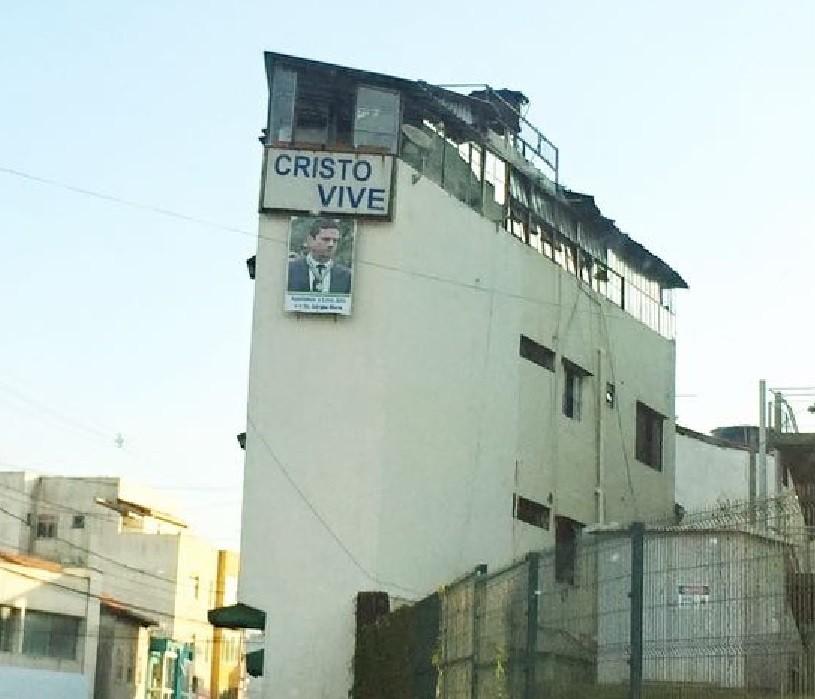 Os cartazes de 'Cristo vive' e com a foto de Moro