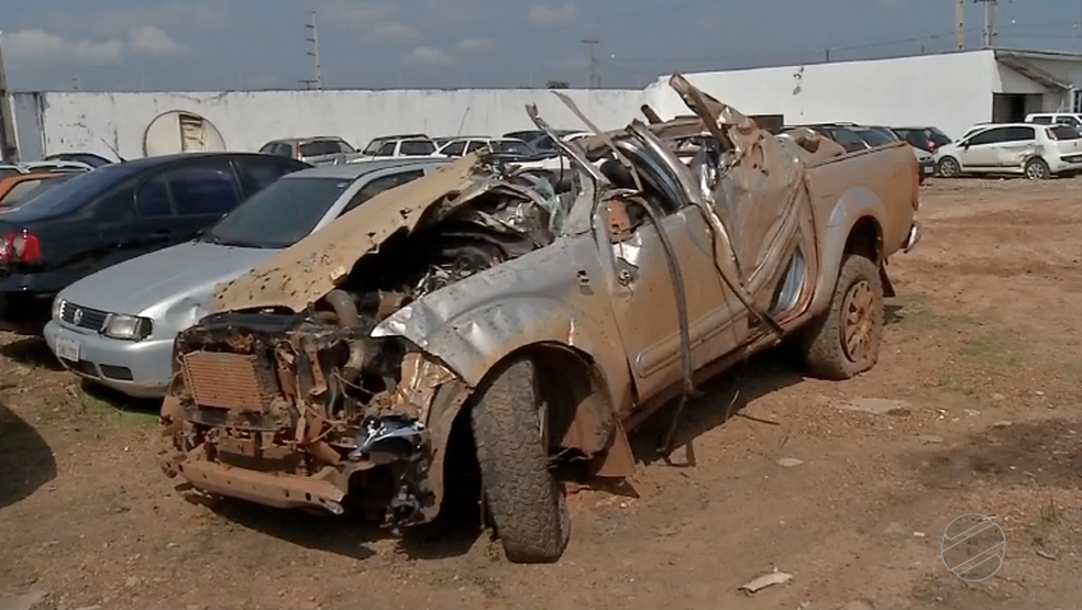 Veículo capotou várias vezes e as três vítimas foram arremessadas (Foto: TVCA)