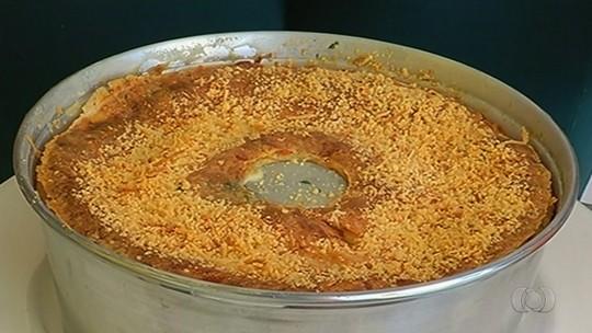 Veja como fazer torta de pão de queijo recheada com linguiça