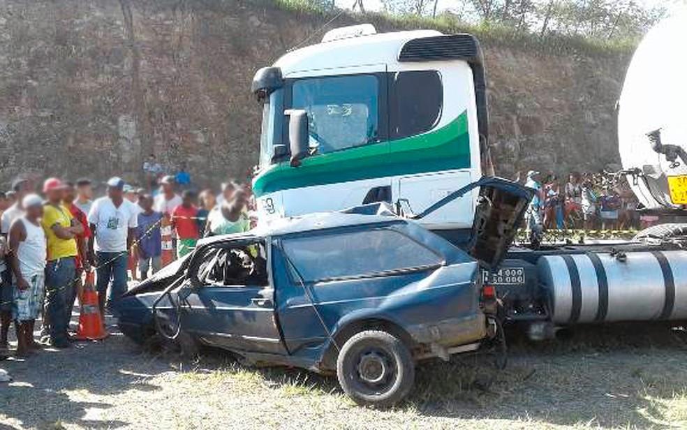 Seis pessoas que estavam no carro pequeno morreram no acidente na BR-116, na Bahia (Foto: Aldo Matos/Acorda Cidade)