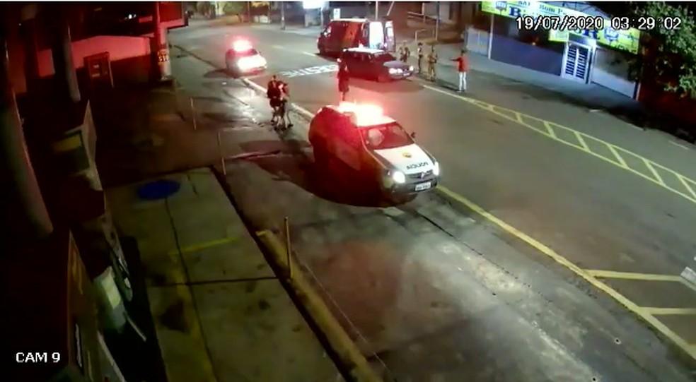Polícia Militar chegou poucos minutos depois no local onde jovem estava sendo socorrida pelos bombeiros — Foto: Reprodução/RPC Londrina
