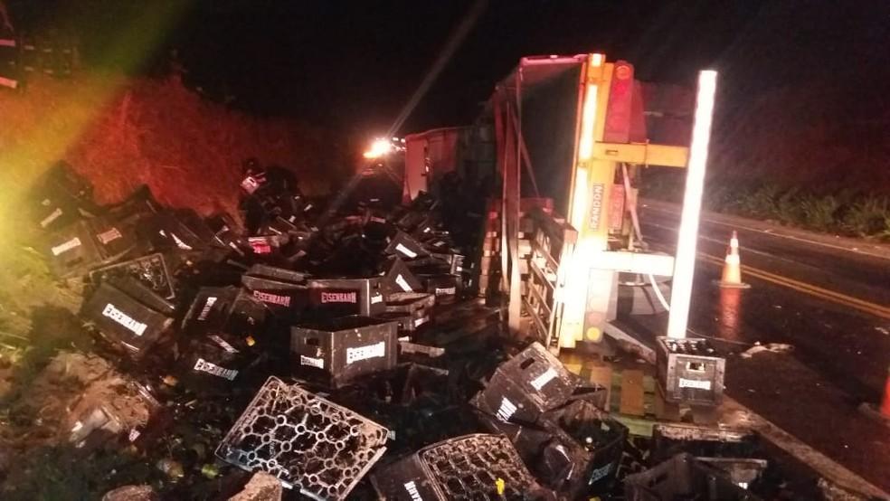 Caminhão tombou no fim da tarde de quarta-feira — Foto: Divulgação/PRF