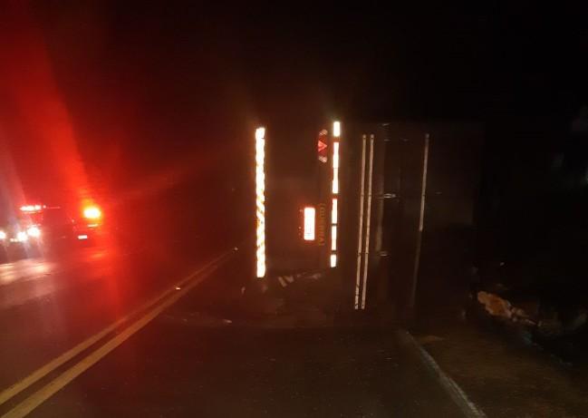 Homem morre após capotar caminhão carregado com soja, na BR-153 - Notícias - Plantão Diário